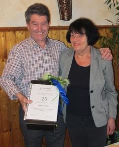 Ochsenbacher Ortsvorsteher Reiner Weiß wurde von Uta Castan für 25-jährige Mitgliedschaft geehrt