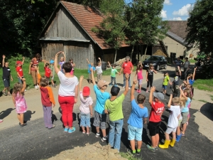 Wer möchte mit zur Tour um den Egartenhof? Die Kind hatten viel Freude und Spaß beim Ferienprogramm. Foto: Lothar Makkns